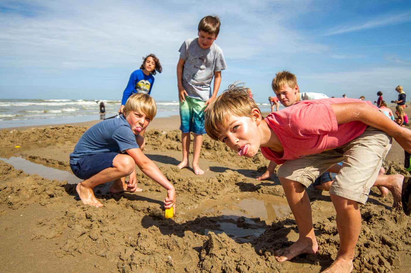 Spelen op het strand tijdens kinderfeestje