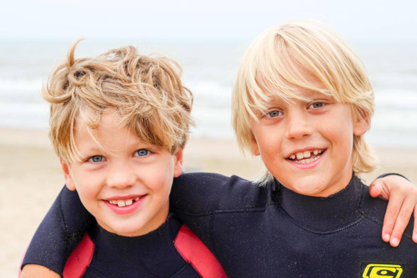 jongen surft mooie golf tijdens surfclub