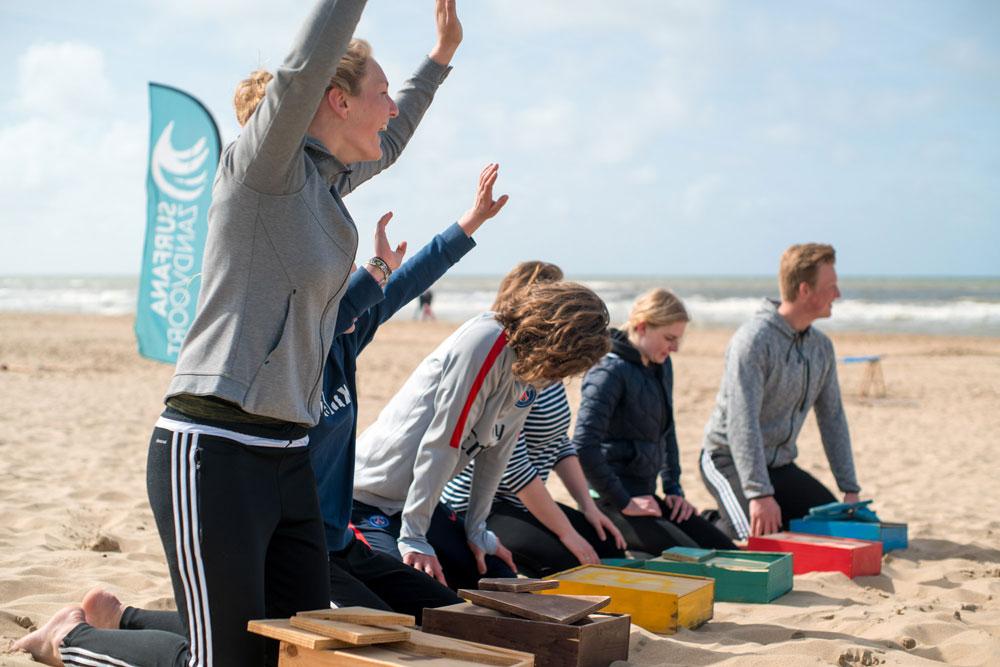 groepje kinderen wint met strandspel